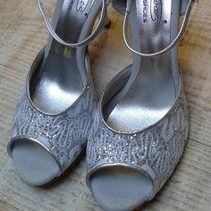 Chaussure de danse et de mariage haut de gamme, fabrication italienne, 100% personnalisable. Souple et confortable. Ici en cuir pailleté. Peeps, Peep Toe, Shoes, Fashion, Leather, Dance, Heels, Top, Weddings