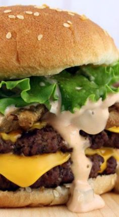 Fried Pickle Double Cheeseburgers with Big Mac Sauce Burger Dogs, Burger And Fries, Good Burger, Yummy Burger, Amazing Burger, Burger Bar, Hot Dogs, Beef Recipes, Cooking Recipes