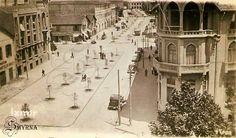 Cumhuriyet blv. sağ tarafta köşe tarihi bina günümüze kadar sağlam olarak gelmiş ( eski Osmanlı Bankası )