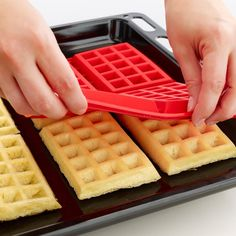 Készítsen otthon, egyszerűen ízletes gofrit ennek a szilikon formának a segítségével.  Készíthet édes vagy akár sós tésztájú süteményeket benn, melyet saját ízlése szerint dekorálhat is. Könnyen tisztítható, használat előtt nem kell kivajazni, kilisztezni. Sütőben, mikrohullámú sütőben  és fagyasztóban is használható.  Szilikon anyagának köszönhetően könnyedén kivehető a formából a kész gofri.