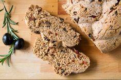 Ψωμί ολικής με ελιές, λιαστές τομάτες, δεντρολίβανο και ελαιόλαδο