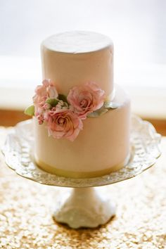 These gorgeous, soft pink roses make such a simple double-layer cake so fancy!