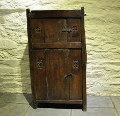 AN EXTREMELY RARE AND ATTRACTIVE LATE 15TH/EARLY 16TH CENTURY GOTHIC OAK AUMBRY. ENGLISH / WELSH BORDERS. CIRCA 1500 : The British Antique Dealers' Association
