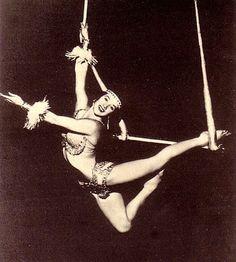 circus trapeze artist - extension of overbar mermaid perhaps? Aerial Acrobatics, Aerial Dance, Aerial Hoop, Aerial Arts, Aerial Silks, Old Circus, Circus Art, Night Circus, Circus Acrobat