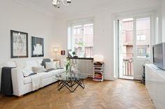 suelo de parquet de espiga silla tolix piel de cordero decoración papel de pared de William Morris & Co papel de pared de Marimekko muebles ...