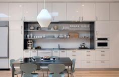 prateleira na cozinha cinza e branca cadeira sarinen