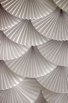 Paper Fan Backdrop | Hank Hunt This is such an elegant backdrop, perfect for wedding photos or a big party. And so easy to create too! Wouldnt this also be gorgeous as a decoration in your house?
