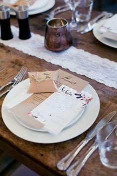 Eine wunderschöne Papeterie mit einem Gastgeschenk. Alles in Naturpapier! #JuliaWalterFotografie #Tischdekoration #Hochzeitsdekoration #Wedding #Hochzeit #Gastgeschenk #Blumenmuster