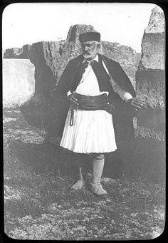 1908, Αρχαία Ολυμπία. Ενας απο τους φύλακες των ανασκαφών.