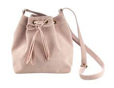 5cbe2fc00 Bolsa feminina saco em camurça rosa claro. Bolsa, modelo saco, versátil e  muito