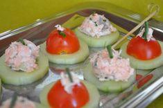 Pas d'idée pour l'apéro de ce week end ? pas de probleme, voici une idée de mise en bouche facile à faire, fraiche et délicieuse. pour 15-20 bouchées : 1/2 concombre une dizaine de tomates cerises 2 cuillères à soupe de St Moret 1 petit pavé de saumon...