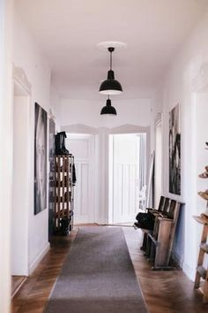 An industrial home with authentic details in Kempten Bavaria (Vosgesparis) Small Entrance, House Entrance, Industrial House, Industrial Style, Industrial Design, Deco Cinema, Modern Baseboards, Rue Verte, Hall Lighting