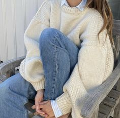 fall winter cosy fashion style outfit blue jeans cream sweater white button up shirt layers Adrette Outfits, Indie Outfits, Cute Casual Outfits, Retro Outfits, Vintage Outfits, Cream Outfits, Blue Jean Outfits, Travel Outfits, Winter Fashion Outfits