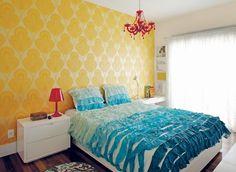 No quarto de Adriana, papel de parede do site Wallpaper From The 70's e colcha da Urban Outfitters, ambos comprados pela internet