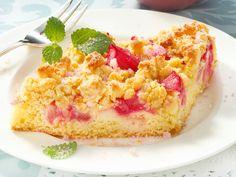 Rhabarberkuchen mit Streuseln ist ein echter Klassiker. Sobald es den ersten frischen Rhabarber auf dem Markt gibt, wird der Kuchen direkt gebacken. Mit unserem Rezept kannst du den Kuchen mit Pudding und Quark ganz leicht selber machen.