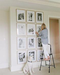 Paredes com um bom pé direito e lotadas de fotos, quem nunca sonhou com isso? By The Ivory Lane