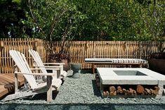 Garten gestalten Kamin Beton Kieselstein Bodenbelag