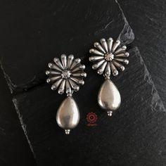 Silver Jewellery Indian, Indian Earrings, Silver Jewelry, Jewelry Design Earrings, Gold Earrings Designs, Antique Earrings, Antique Jewelry, Terracota Jewellery, Oxidised Jewellery