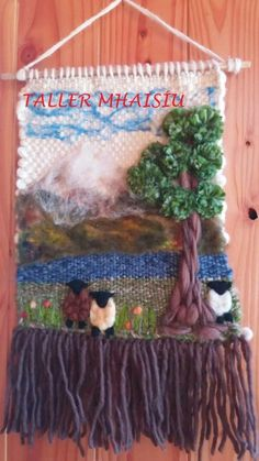 Trabajo rebeca Taller Mhaisiu decoraciones Weaving Textiles, Weaving Art, Tapestry Weaving, Loom Weaving, Felted Wool Crafts, Yarn Crafts, Hobbies And Crafts, Arts And Crafts, Yarn Painting