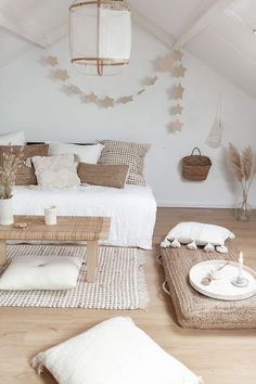 Ideas for loft room and works with palette bed where it looks like sofa but with grey mixed in bedroom grey 𝒫𝒾𝓃𝓉𝑒𝓇𝑒𝓈𝓉: Home Decor Bedroom, Living Room Decor, Diy Bedroom, Zen Living Rooms, Yoga Room Decor, Bedroom Curtains, Palette Bed, Loft Room, Home Decor Inspiration