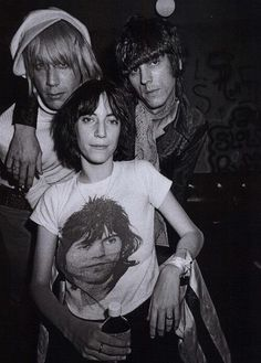 Patti Smith, Iggy Pop and James Williamson, guitarist for The Stooges) backstage at The Whisky A Go Go - Photo by Michael Ochs, 1974 Patti Smith, 70s Music, Music Icon, Rock Music, Iggy And The Stooges, Whisky A Go Go, Just Kids, Kill City, Jeff Beck