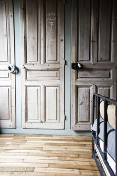 placard avec des portes anciennes id pinterest placard chic et rangements. Black Bedroom Furniture Sets. Home Design Ideas