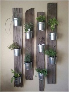 Befestige Pflanzeneimer an rustikalen Holzlatten