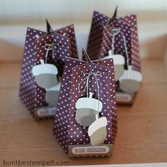Hallöchen! Diese kleinen Herbstgrüße passen gut auf die herbstliche Kaffeetafel oder wie bei mir auf den Frühstückstisch für meine Freundinnen! Mit dem Board für Geschenktüten sind sie ruckzuck gem...