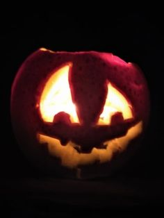 Guide how to make carved and lightening apple. Pumpkin Carving, Apple, Homemade, Decoration, Easy, How To Make, Apple Fruit, Decor, Home Made
