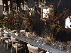 Geweldige aankleding voor een tafel tijdens je feest. Veel grote bossen bloemen en sfeerlichtjes.