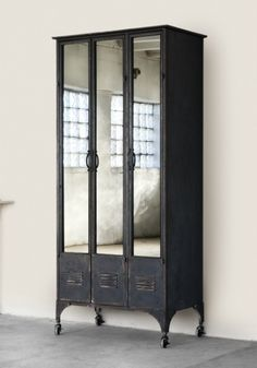 Antique school lockers via vignette design. Love this, have been looking for some lockers but never thought to put mirrors on the front (This would be great for the front entry way) Vintage Lockers, Repurposed Lockers, Metal Lockers, Vintage Cabinet, Vintage Storage, Vignette Design, Vintage Industrial Furniture, Industrial Metal, Industrial Lockers