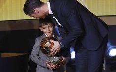 Cristiano y su hijo Cristiano Ronaldo Jr. en la gala Balón de Oro. FOTO REUTERS