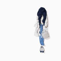 駅にいるからと友人からの急な誘い!着ていた白ニットとデニムの上に、ストール感覚でカーディガンをさらっと羽織って、ストールをぐるっと、テーブルの上に置いてあったバングルをつけて、、、と、なんとなく着たらできたスタイル。