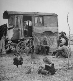 roulotte French gypsies cooking food outside their caravan. Photograph by Yale Joel. Gypsy Trailer, Gypsy Caravan, Gypsy Wagon, Gypsy Life, Gypsy Soul, Old Pictures, Old Photos, Vintage Photographs, Vintage Photos