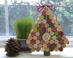 Árvores de Natal com rolhas de cortiça. As árvores de Natal diferentes vieram para ficar, e cada vez encontramos mais ideais criativas para decorar a nossa casa durante as festas de fim de ano com poucos recursos e deixando-a bastante origi...