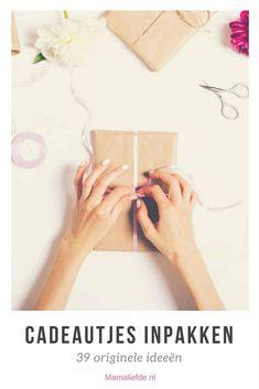 Inpaktips; creatieve tips om grote en kleine cadeautjes leuk in te pakken. Met behulp van diverse materialen voor originele verpakkingen. Voor sinterklaas, mama voor moederdag en andere volwassenen - Mamaliefde.nl Little Presents, Party Gifts, Craft Gifts, Birthdays, About Me Blog, Gift Wrapping, Crafts, Mors Dag, Labels
