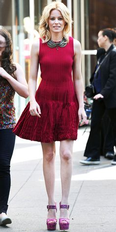 Elizabeth Banks hit the streets of Manhattan in sky-high sandals that she paired with a pleated Alexander McQueen dress and Dannijo bib necklace. Alexander Mcqueen Dresses, Elizabeth Banks, Celebrity Look, Celeb Style, Vogue, Latest Outfits, Lady In Red, Nice Dresses, Celebs