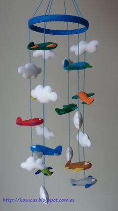Kosucas : Móvil de fieltro con nubes y aviones.