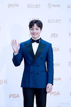 Jin Goo, Suit Jacket, Actors, Shit Happens, Twitter, Fashion, Moda, Actor, Fasion
