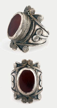 Afghanistan | Silver ring with spiral motifs set with oval carnelian. | First half of the 20th century