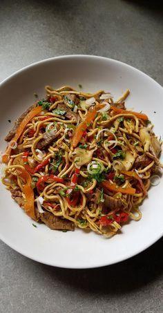 Aujourd'hui, destination l'Asie : je vous partage une recette de nouilles chinoises au boeuf et aux légumes. Juste un délice!!! Une recette pleine de saveurs. J'ai fait un mix de recettes que j'ai trouvé dans mes bouquins et sur le net. Une idée de repas sain et équilibré. C'est partit pour la recette. Recette pour...