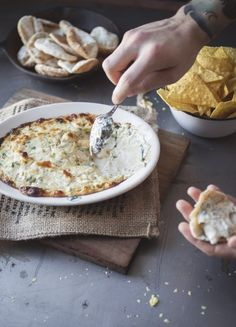 Artichoke and smoked gouda dip [Trempette chaude d'artichauts & gouda fumé] Tapas, Fingers Food, Appetizer Recipes, Appetizers, Snack Recipes, Veggie Chips, Smoked Gouda, Buffet, Spinach And Cheese