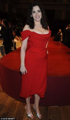 Nigella Lawson served up a spectacular dish last night - herself - as she poured her voluptuous curves into a dazzling LRD - Little Red Dress. Beautiful Women Over 40, Beautiful Celebrities, Nigella Lawson, Sexy Older Women, Voluptuous Women, How To Slim Down, Jane Bunn, Celebs, Monica Bellucci
