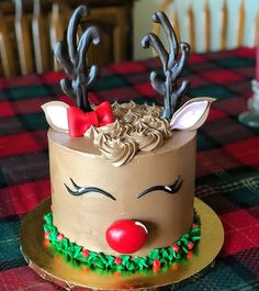 christmas cake Christmas in my house is not complete without cake. This reindeer chocolate peppermint cake is so cute I cant handle it!Cake by:xokatierosario Christmas Cake Designs, Christmas Cake Decorations, Christmas Sweets, Holiday Cakes, Christmas Baking, Christmas Recipes, Christmas Birthday Cake, Christmas Holiday, Mini Cakes