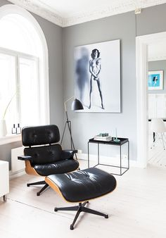Mid-century furniture: These Eames Chair Lounge is exactly what you need in your mid-century modern home. Eames, Home Interior Design, Interior Architecture, Interior Livingroom, Modern Scandinavian Interior, Lounge Chair Design, Home And Deco, Mid Century Furniture, Home Fashion