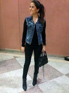 INSPIRED: look com calça e blusa preta com colete jeans.