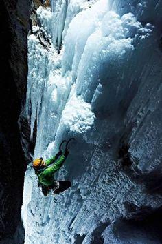 Rapaz escala à noite cachoeiras congeladas