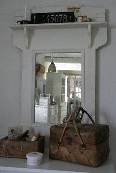 Grote spiegel van Jeanne d'Arc Living met handig plankje erboven voor je toiletartikelen of gewoon mooie brocante accessoires.