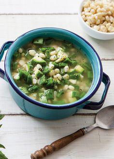 Disfruta de esta riquísima sopa de nopales, calabaza y granos de elote ¡Provecho! Recetas sopas y caldos. Revista Cocina Vital.