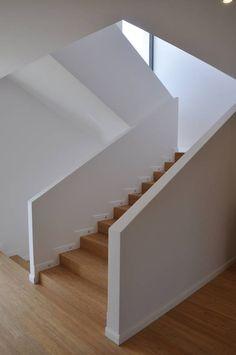 Białe schody, schody z drewna, biała balustrada, nowoczesne schody. Zobacz więcej na: https://www.homify.pl/katalogi-inspiracji/38967/niespodziewane-glamour